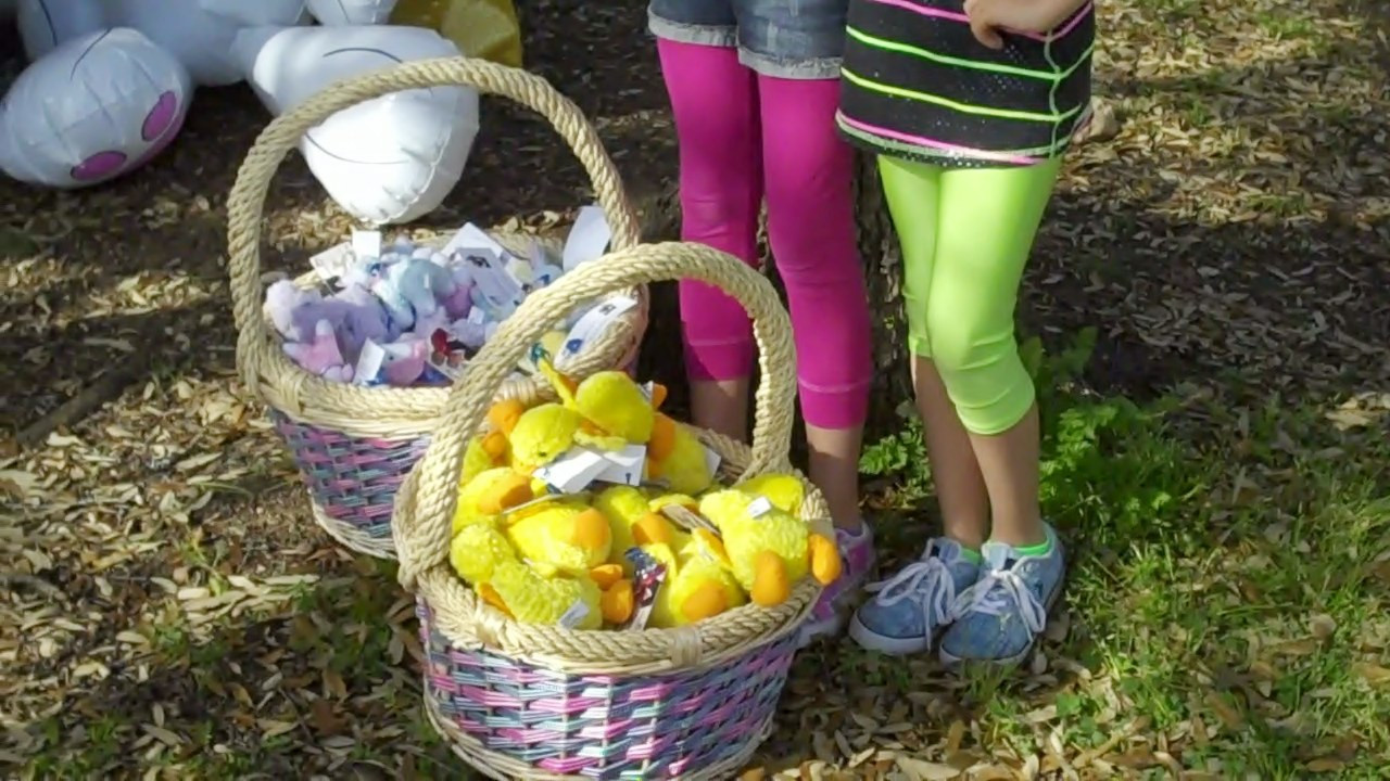 in addition to providing the photos, Dorie & Gene provide  stuffed animals and eggs